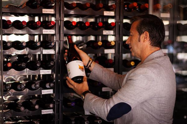 Alberto Morera en la bodega del restaurante Hemisferio Loft